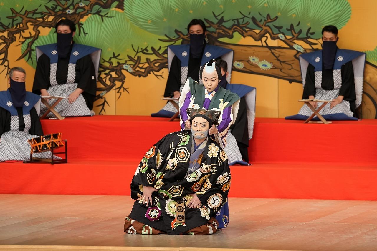 第二部『太刀盗人』前方:すっぱの九郎兵衛=尾上松緑、後方:従者藤内=尾上左近 /(C)松竹