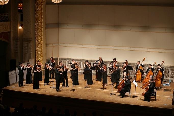崔文洙がコンマスを務める大阪フィルの弦楽合奏。大阪クラシックより。 (C)飯島隆