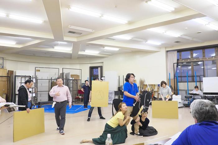 (リハーサルにて) ダンディーニを王子と思ってすがりつく姉妹 ©Naoko Nagasawa