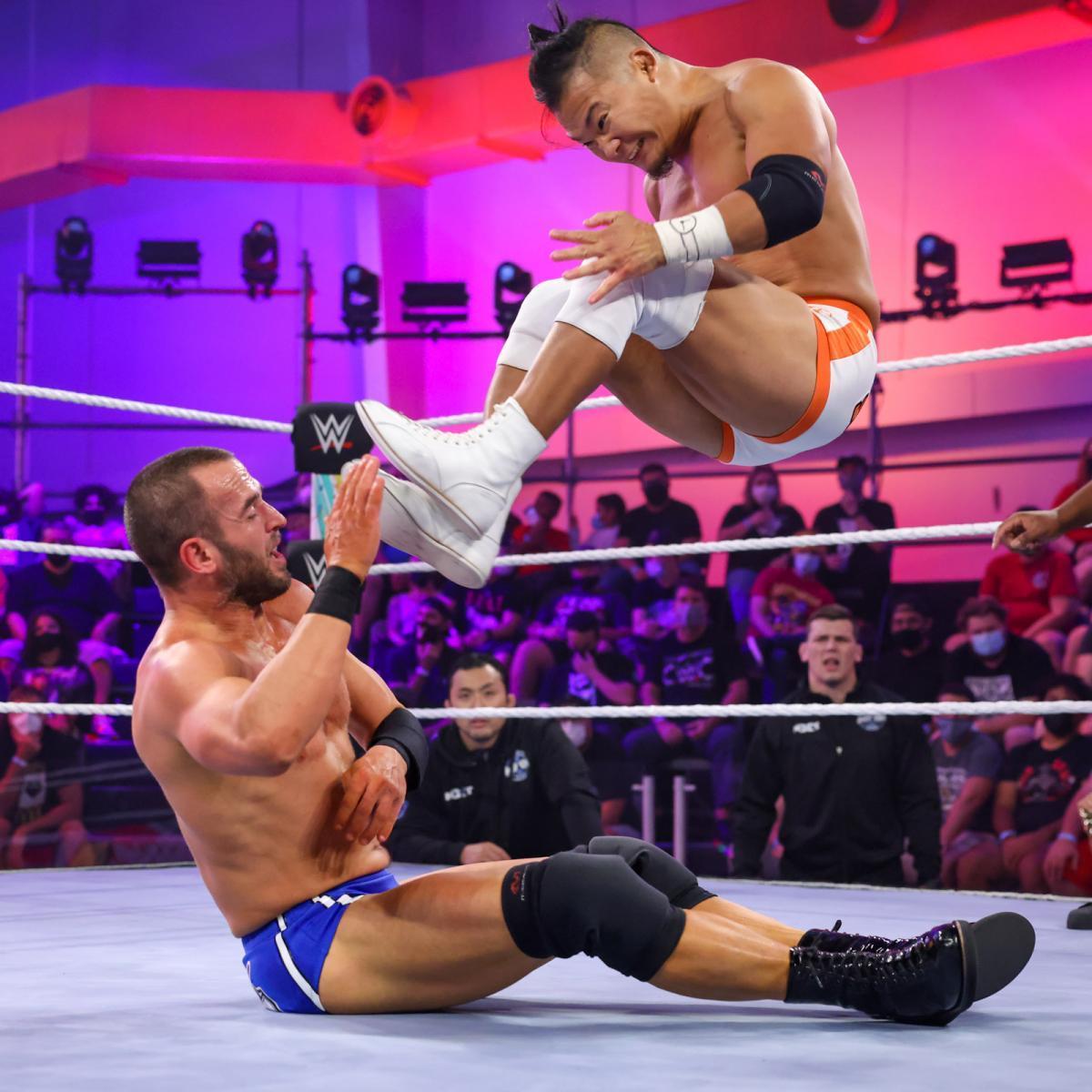 KUSHIDA(右)がドロップキックをストロングに決める (c)2021 WWE, Inc. All Rights Reserved