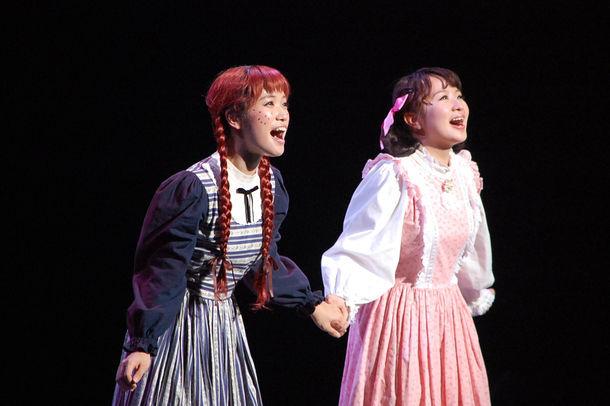 「2万人の鼓動 TOURSミュージカル『赤毛のアン』」より。左から美山加恋演じるアン・シャーリー、さくらまや演じるダイアナ・バリー。