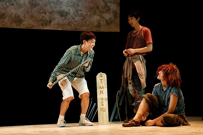 左から:篠山輝信  柄本時生  土井ケイト (世田谷パブリックシアター『チック』 撮影:細野 晋司)