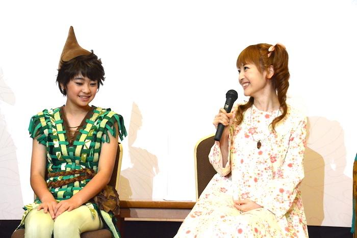 製作発表会見に臨む神田沙也加(右)と吉柳咲良