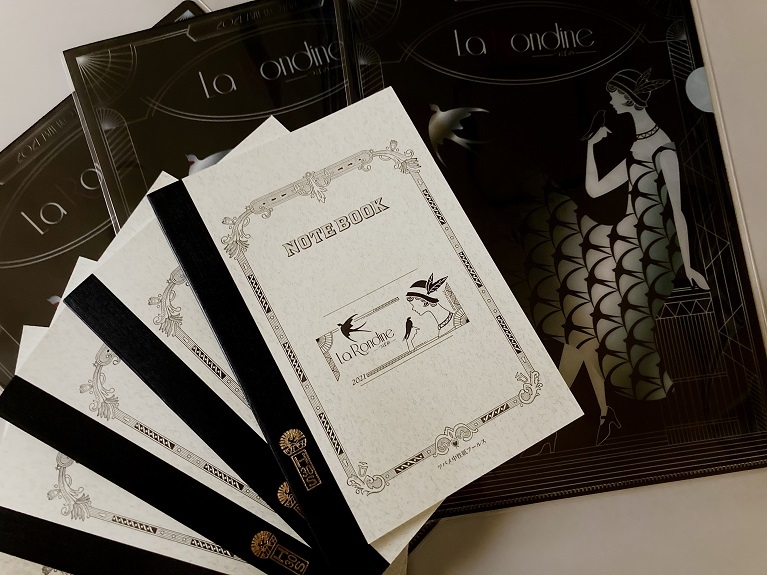 ツバメノート(300円)とクリアファイル(250円)、セットでお得な500円。  写真提供:びわ湖ホール