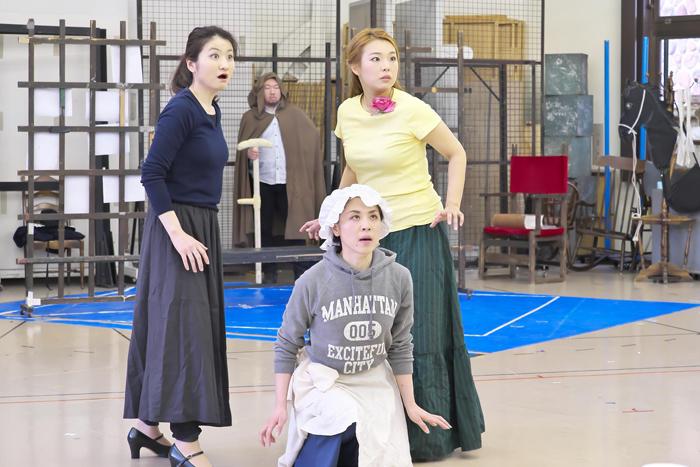 (リハーサルにて) 左からクロリンダの光岡暁恵、チェネレントラの向野由美子、ティズベの米谷朋子 ©Naoko Nagasawa