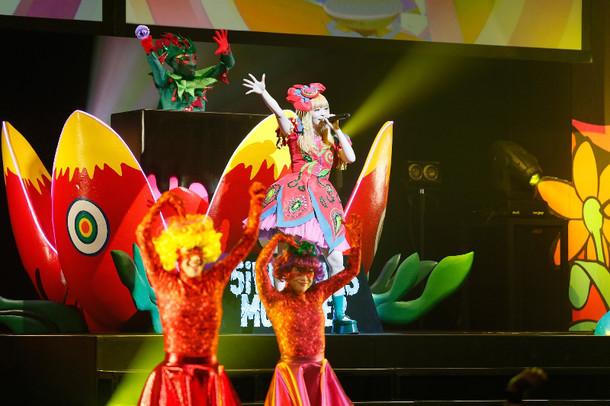 きゃりーぱみゅぱみゅ「KPP 5iVE YEARS MONSTER WORLD TOUR 2016」シンガポール公演の様子。 By courtesy of Esplanade Theatres on the Bay
