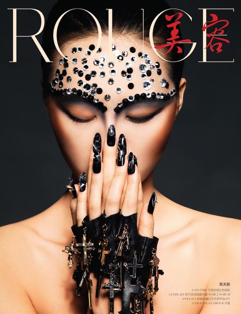 NARITAさんがネイルを施したファッション写真