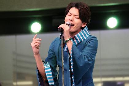 崎山つばさがCDデビューイベントを開催、サプライズで誕生日を祝われ満面の笑みに