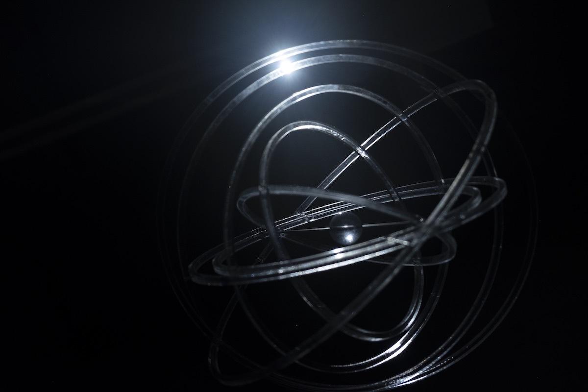 スクリプカリウ落合安奈《骨を、うめる(部分)》素材:モーター, アクリル,芯棒, ライト   ⌀ 30cm   2019年