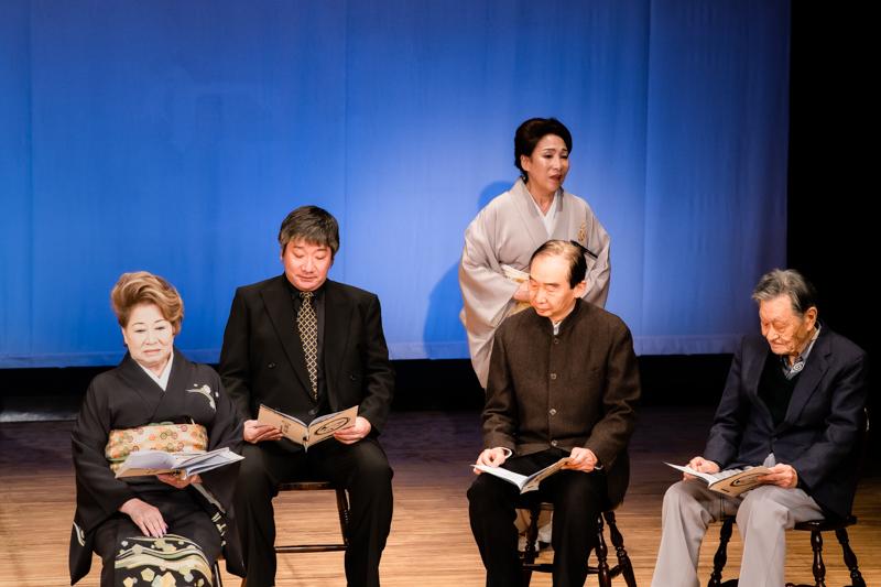 朗読劇『明治一代女』(左から)水谷八重子、鈴木章生、波乃久里子、只野操、柳田豊。芝居茶屋で鉢合わせた恋のライバル。