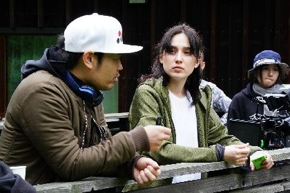 HONEBONE EMILY、SWAYらが真剣な表情を見せる 品川ヒロシ監督の映画『リスタート』メイキングカットを公開