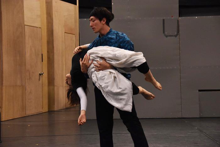 大貫がダンスの見どころの一つとして挙げたクレタ(徳永)とノボル(大貫)のダンスシーン。ダイナミックなリフトも多く取り入れられている