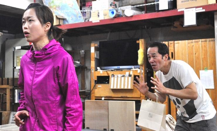 劇団主宰の古屋敷(坂田)に、次回公演からお笑い路線に変更することを告げられた主演女優の沢田(丹下)。最初は戸惑うものの、古屋敷の指示に従ってどんどん芸風を変えていく。