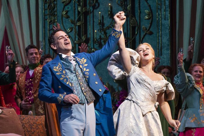 《椿姫》〈乾杯の歌〉より (c)Marty Sohl/Metropolitan Opera