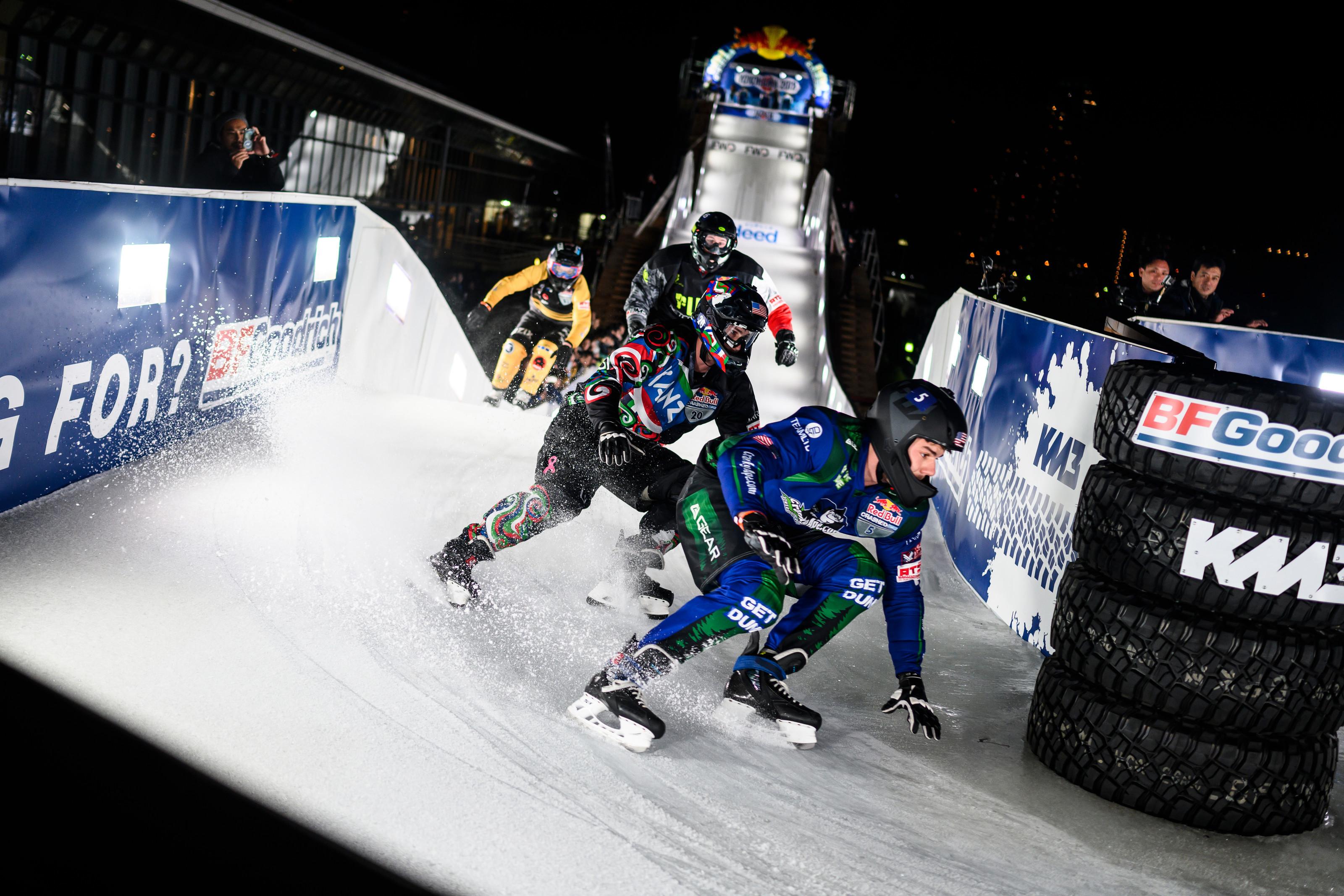 プロテクターを付けた選手たちが氷の特設コースを滑り降りる。『Red Bull Ice Cross World Championship』は、2020年2月15日(土)に横浜市の臨港パーク特設会場にて開催