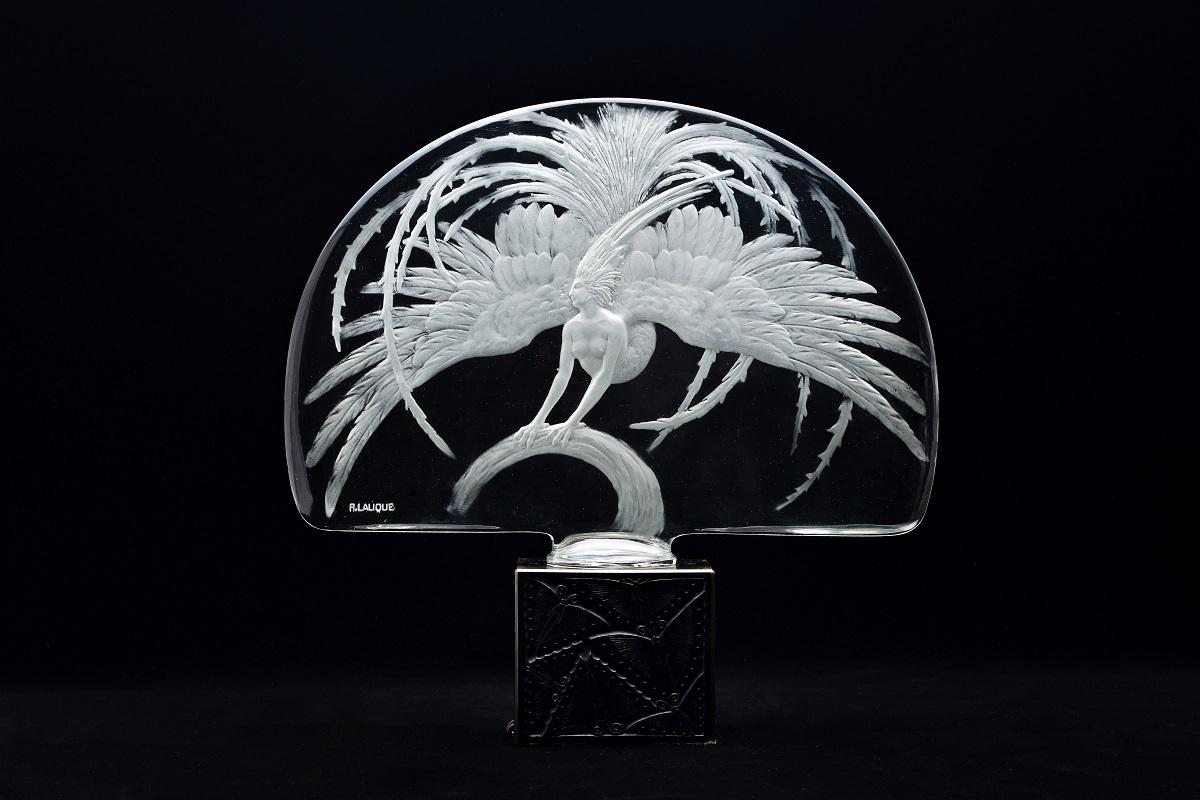 テーブル・センターピース《火の鳥》1922年 透明ガラス、プレス成形、サチネ/蝶の文様を施したブロンズ製照明台付