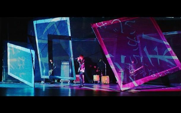 [Alexandros]「Girl A」MVのワンシーン。