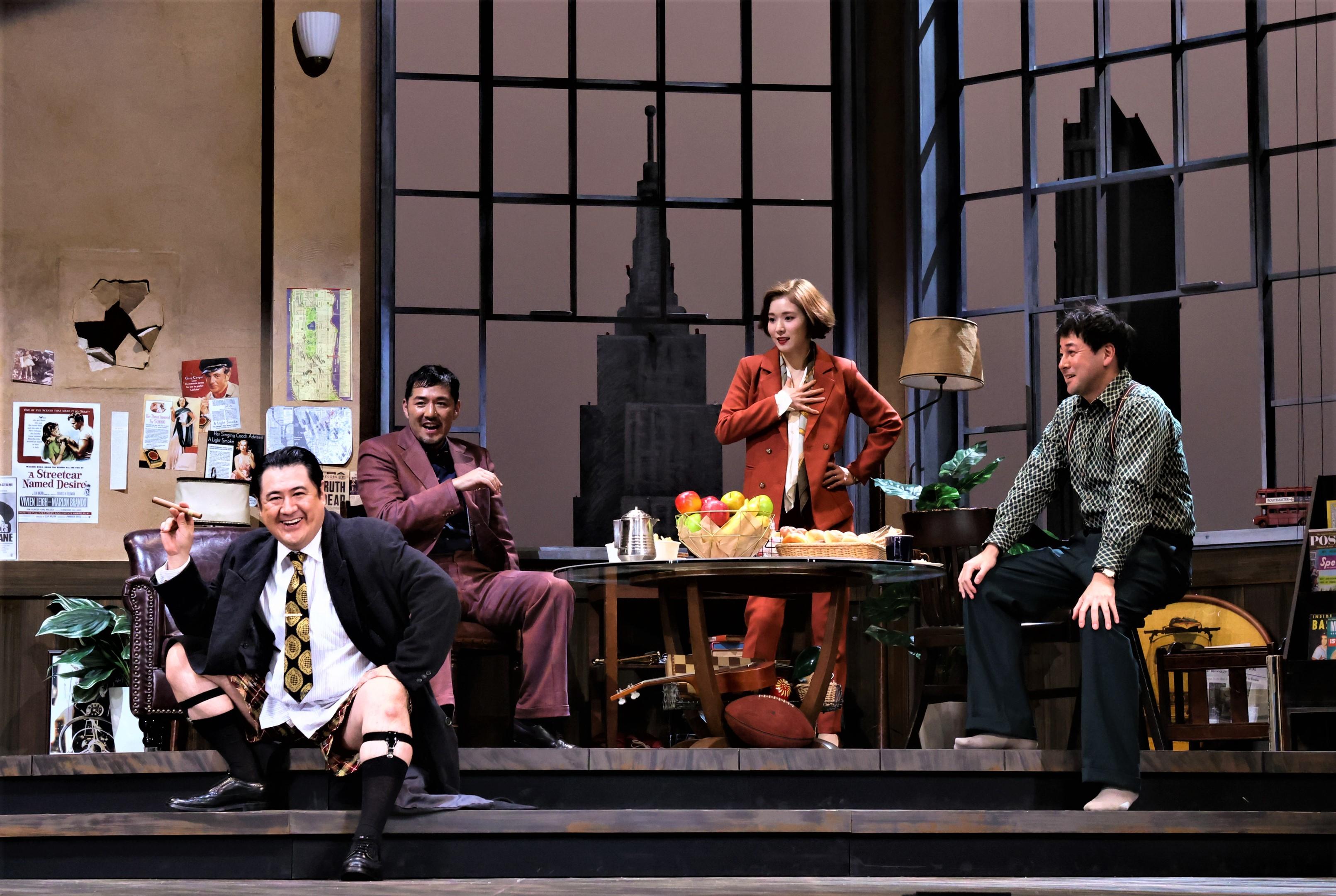 12月5日に初日を迎えた、シス・カンパニー『23階の笑い』の一場面。左から小手伸也、吉原光夫、松岡茉優、鈴木浩介 (撮影:宮川舞子 写真提供:シス・カンパニー)