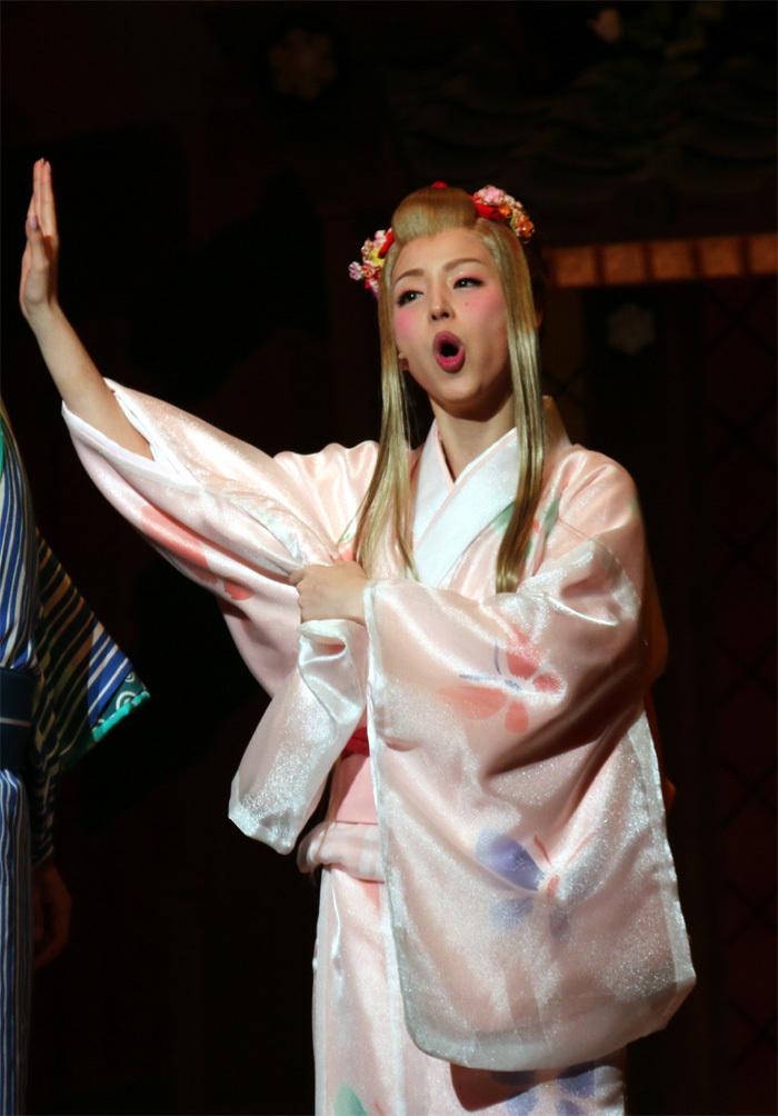 平野綾は置屋の新入り娘役。彼女の存在で周りが大騒ぎとなります