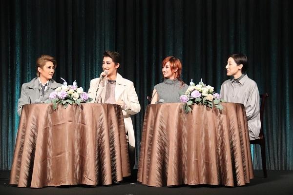 (左から)芹香斗亜、真風涼帆、星風まどか、上田久美子