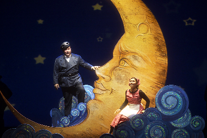 新国立劇場オペラが開幕 ロッシーニ《チェネレントラ》が映画界のシンデレラ・ストーリーに大変身