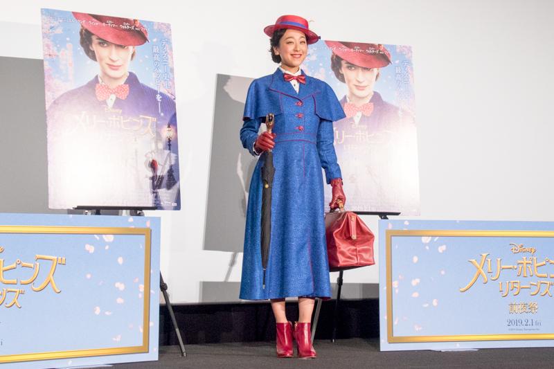 劇中のメリー・ポピンズとお揃いの衣装で登場