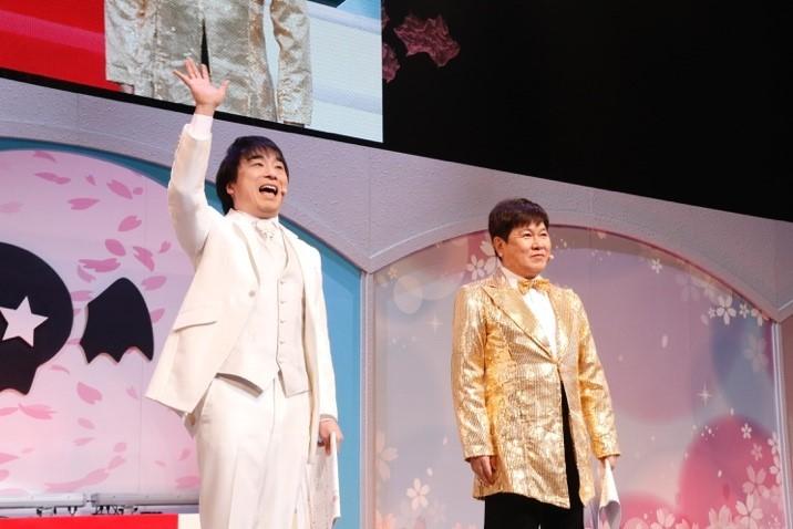 2019年4月開催のステージの様子。メインMC(左:関智一、右:三ツ矢雄二)