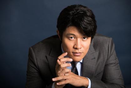 鈴木亮平にインタビュー ~ ジロドゥ作『トロイ戦争は起こらない』で、戦争を回避しようと悩むトロイの英雄役に挑む