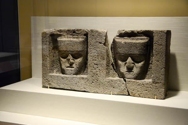 《2人の男性の顔が彫られたティワナク様式の石のブロック》 ティワナク文化 国立考古学博物館/ボリビア所蔵