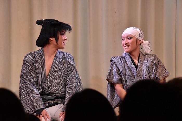 写真右、五男は里美(さとみ)花太郎さんという名前になり、今年1月から劇団美山の花形を務める。左は劇団美山・里美たかし総座長。
