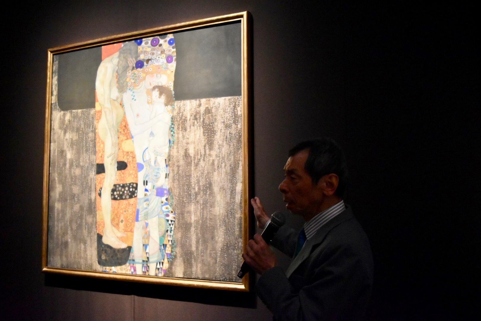 成城大学名誉教授の千足伸行氏とグスタフ・クリムト 《女の三世代》 1905年 ローマ国立近代美術館蔵