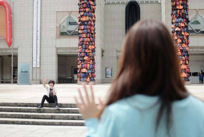 アイ・ウェイ・ウェイ《安全な通行》2016、《Reframe》2016 ヨコハマトリエンナーレ2017展示風景 ©Ai WeiWei Studio