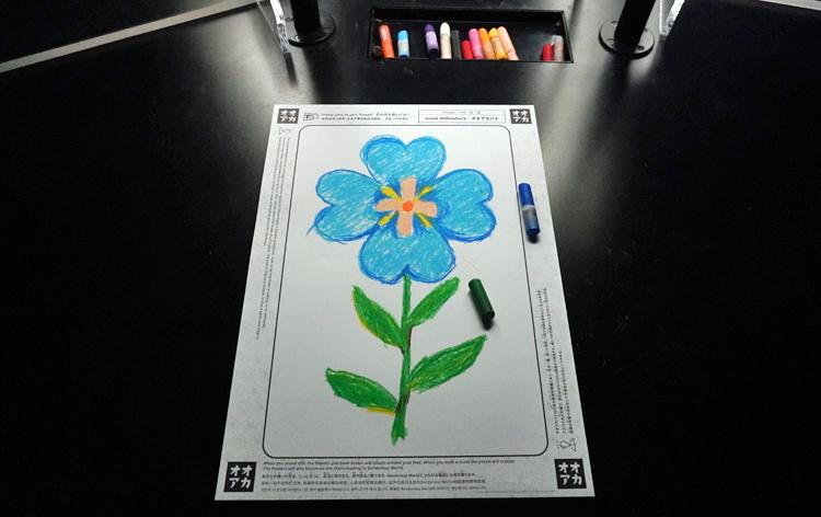 《グラフィティネイチャー》で色塗りを行った花の絵。輪郭が描かれた絵に色をつける。