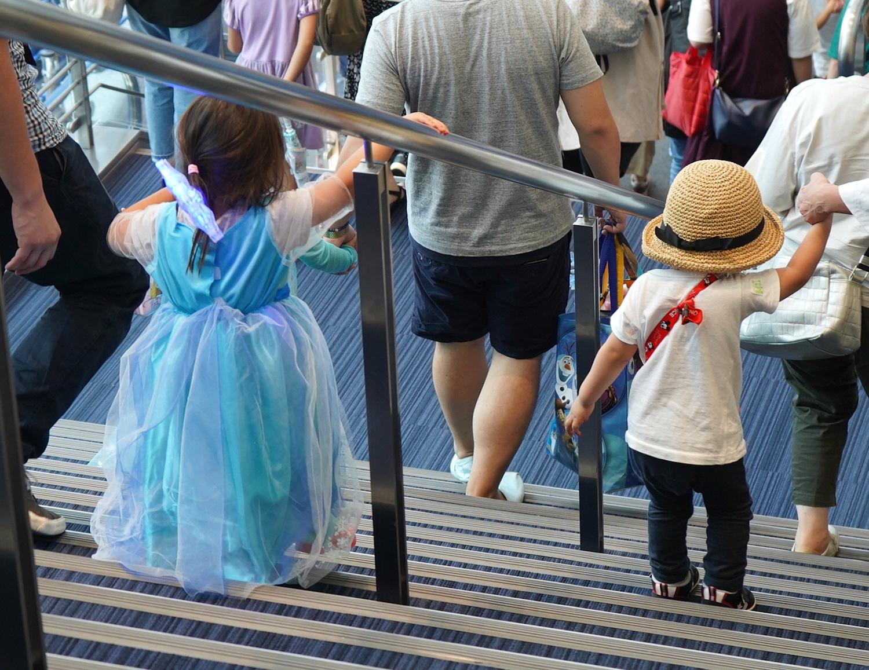 会場を後にする子どもたち。コスプレやディズニーアイテムを取り入れたファッションで。