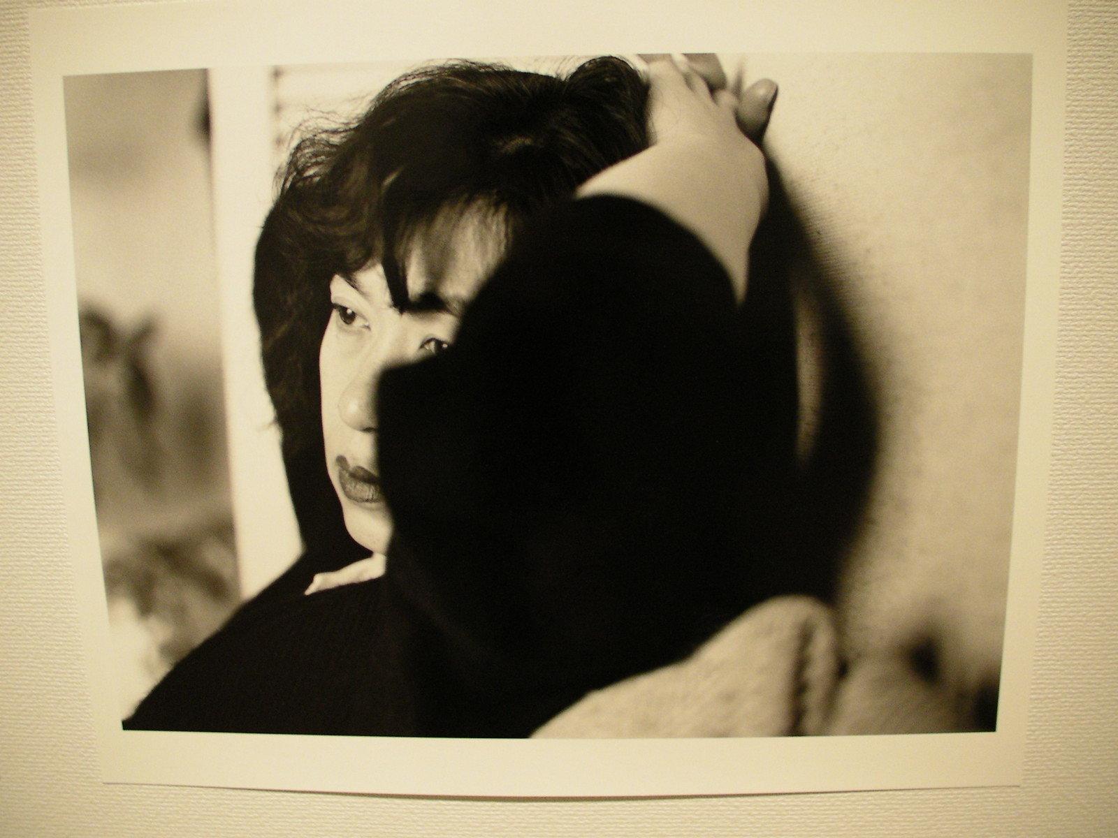 〈東京物語〉 1989年 より 「このなかで1点だけ選べって言われたらこれかな。彼女の孤独感がよく出てるいい写真だよな(荒木)」