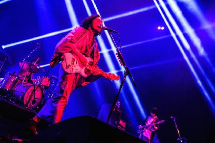 ウルフルズが3人編成で名だたるバンドを迎え撃ったツアー、氣志團との東京公演でみせた姿は