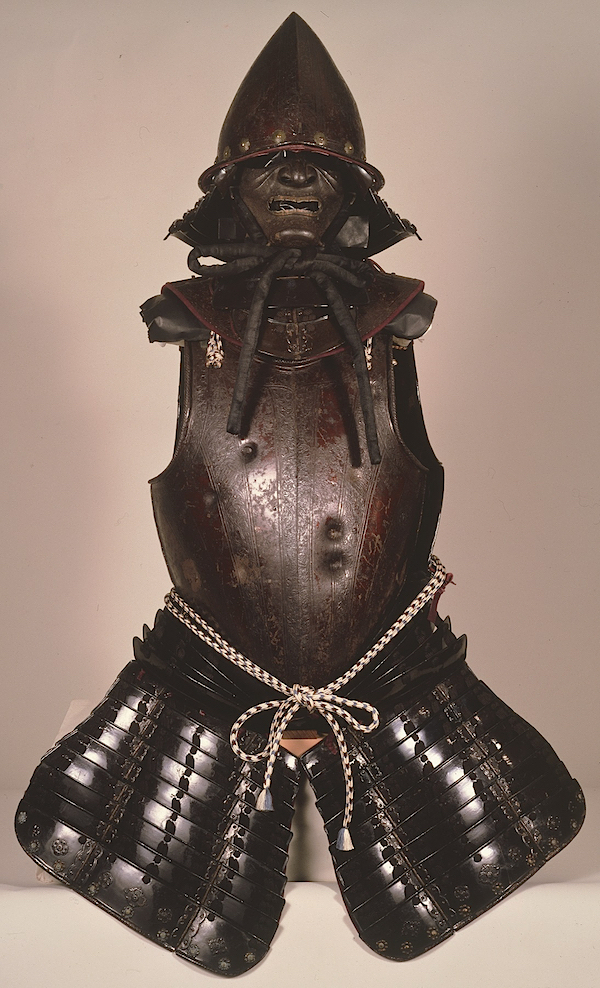 重要文化財《南蛮胴具足》(徳川家康所用)紀州東照宮  ヨーロッパ製の兜と胴を日本風にアレンジした和洋折衷の鎧。強度を試した「試し胴」とされ、火縄銃による10カ所の弾痕が残されている