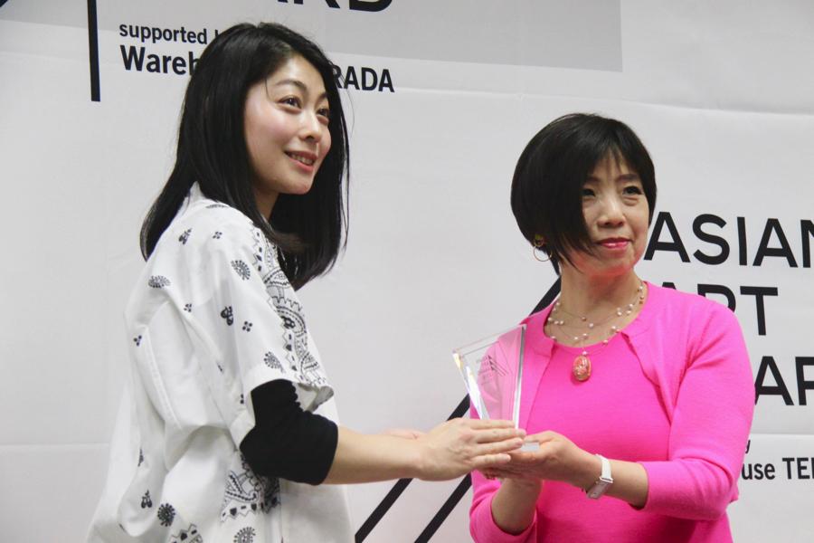 (左から)AKI INOMATA、長谷川祐子
