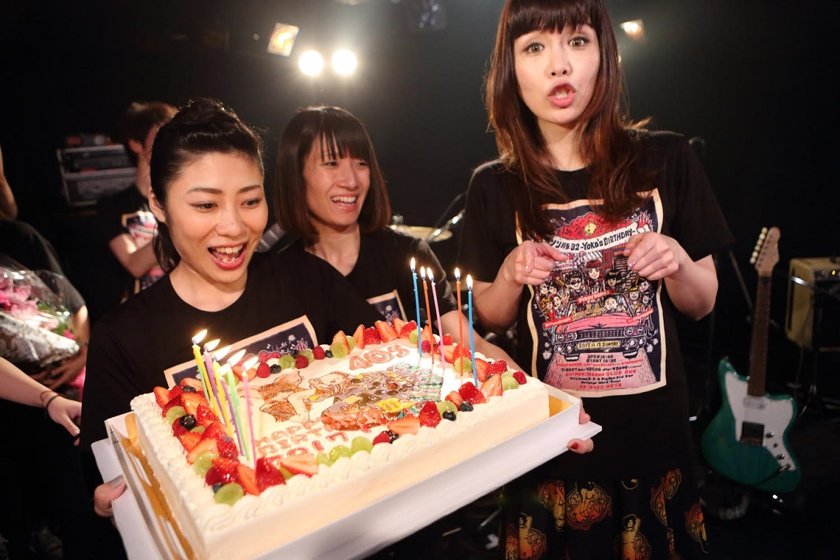写真右が矢沢洋子
