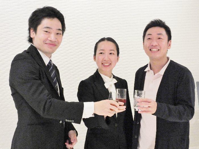 デビューコンサートを終えて「乾杯!」。左から熊倉優(3位)、沖澤、横山奏(2位)