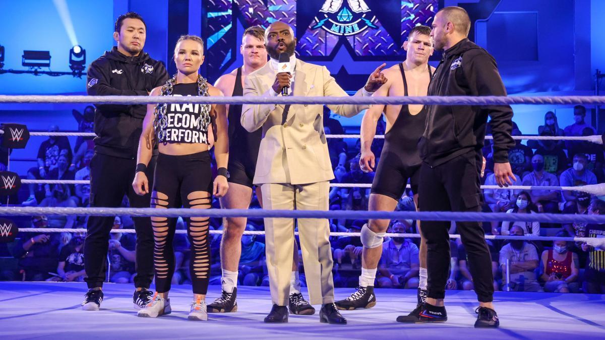 リング上を占拠する「ダイヤモンド・マイン」メンバー (c)2021 WWE, Inc. All Rights Reserved
