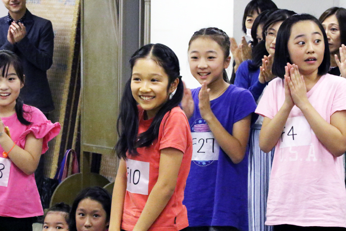 アニー役:山﨑 玲奈(ヤマサキ レナ)※中央オレンジ色のTシャツ