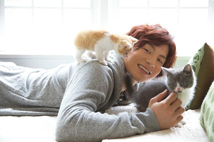宮崎秋人 with 子猫(ミヌエット/セルカークレックス)