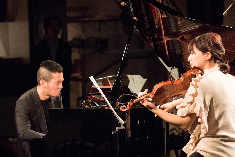 中野公揮(ピアノ)、松田理奈(ヴァイオリン) (撮影=原地達浩)