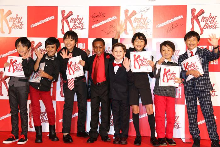 日本版で幼少期のチャーリーとローラを演じた子役が来日版の子役たちと記念撮影!
